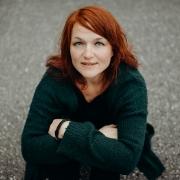 Christine Greinöcker auf der Strasse in Oberlandshaag